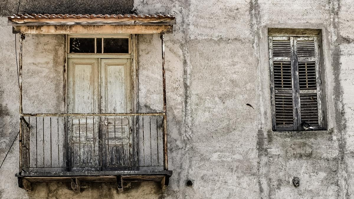 buy and abandon house in Italy